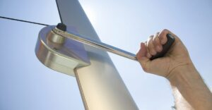 Aurinkopurjeen korkeuden säätöön voidaan käyttää kampea.