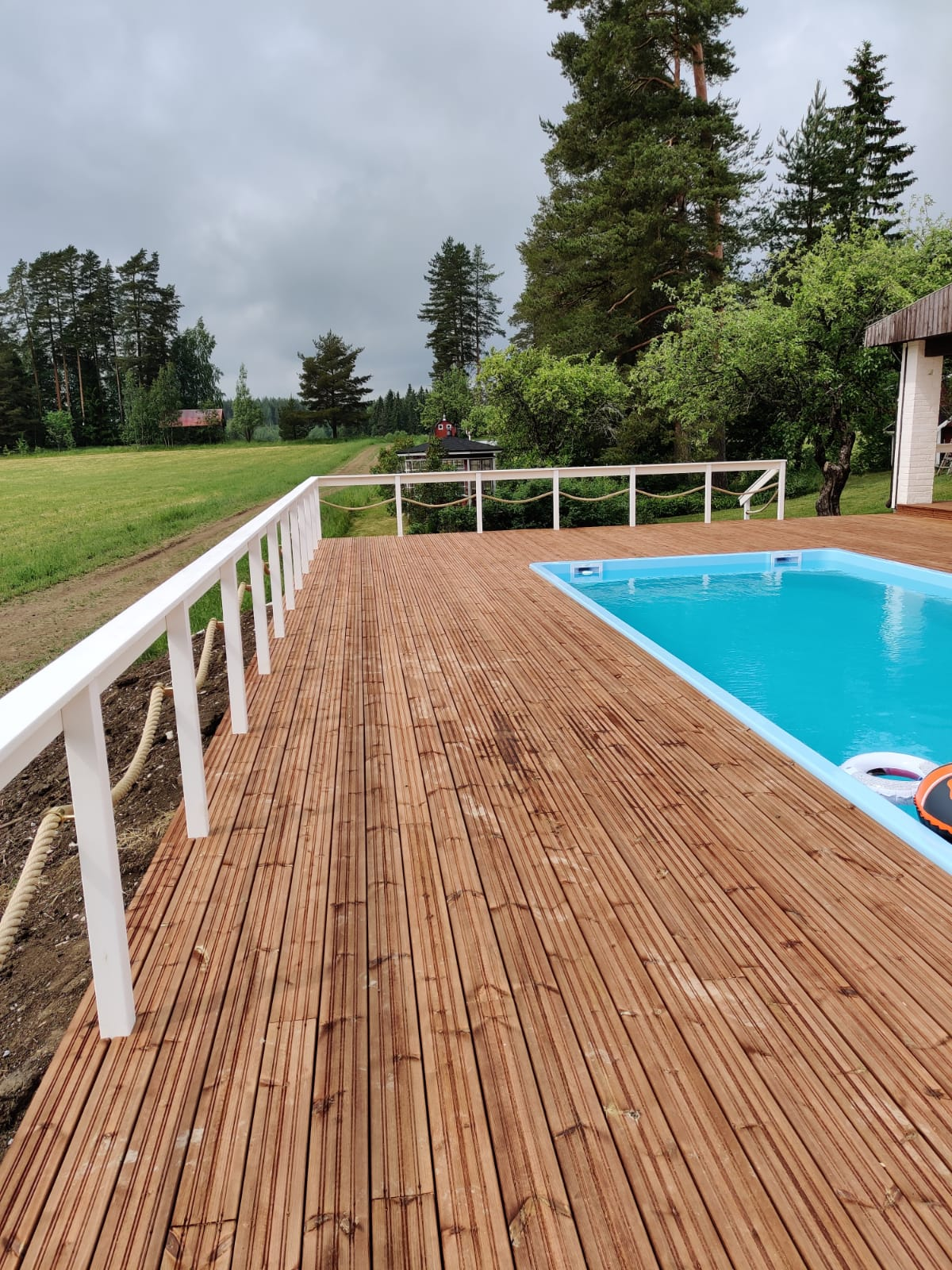 Uima-altaan terassirakenteet toteutetaan samalla kun teemme aurinkopurjejärjestelmäsi.